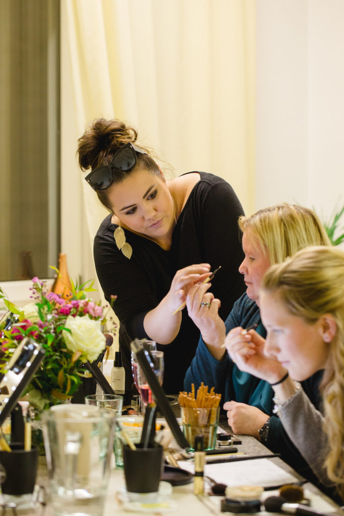 Make up Artist Angie erklaert Teilnehmerinnen ihres Make up Workshops wie sie sich richtig typgerecht schminken