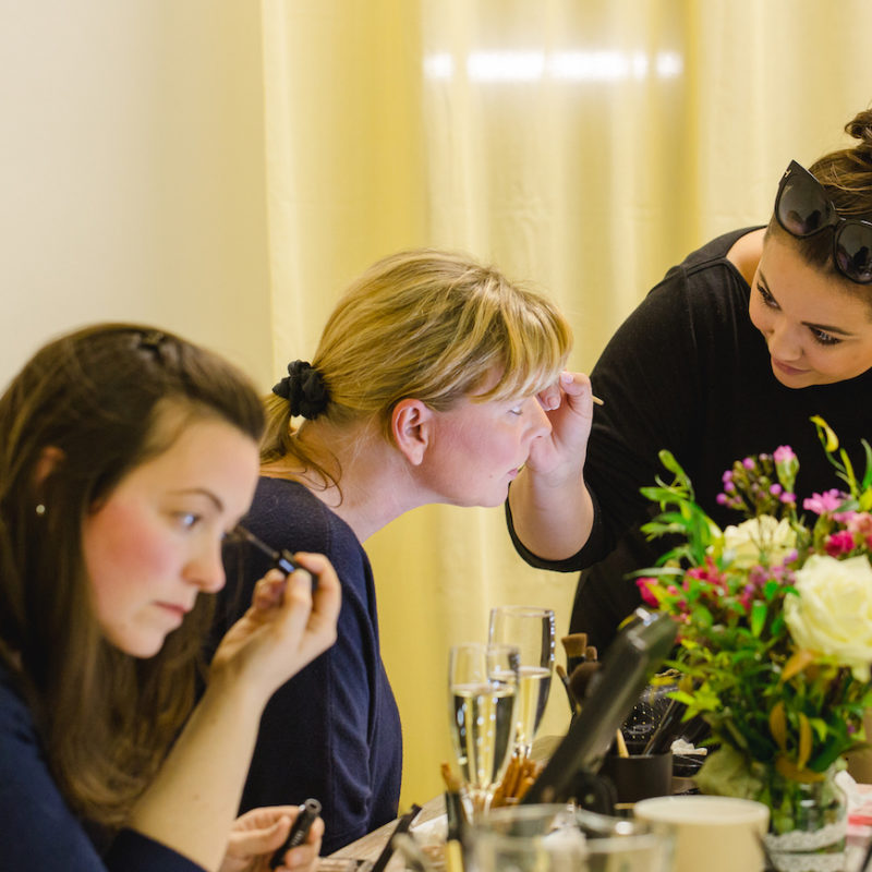 Teilnehmerinnen schminken sich selbst beim Make up Workshop von Make up Artist Angie