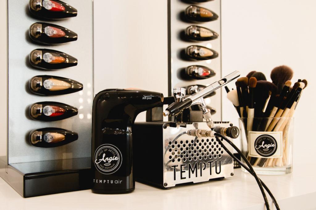 Temptu-Airbrush-Geraet-von-Make-up-Artist-Angie verwendet beim Kundenstyling