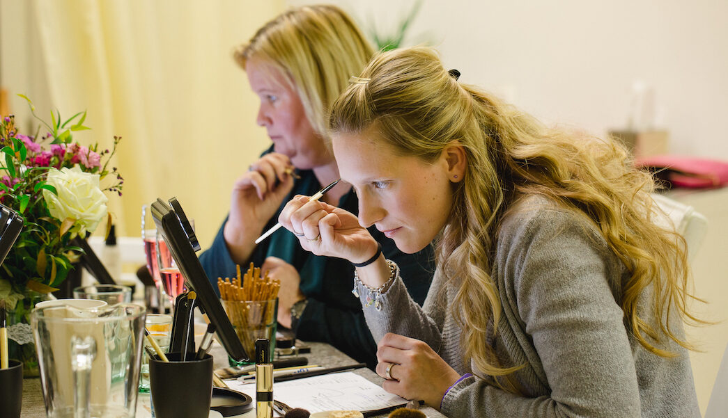 Teilnehmerinnen sich richtig selber schminken beim Make Up Workshop von Make up Artist Angie